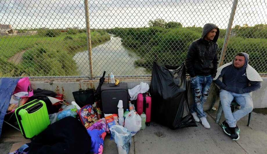 ARCHIVO — En esta foto de archivo del 2 de noviembre de 2018, Yenly Morales, izquierda, y Yenly Herrera, inmigrantes cubanos que piden asilo en Estados Unidos, se encuentran en Matamoros, México. Photo: Eric Gay /Associated Press / Copyright 2019 The Associated Press. All rights reserved.