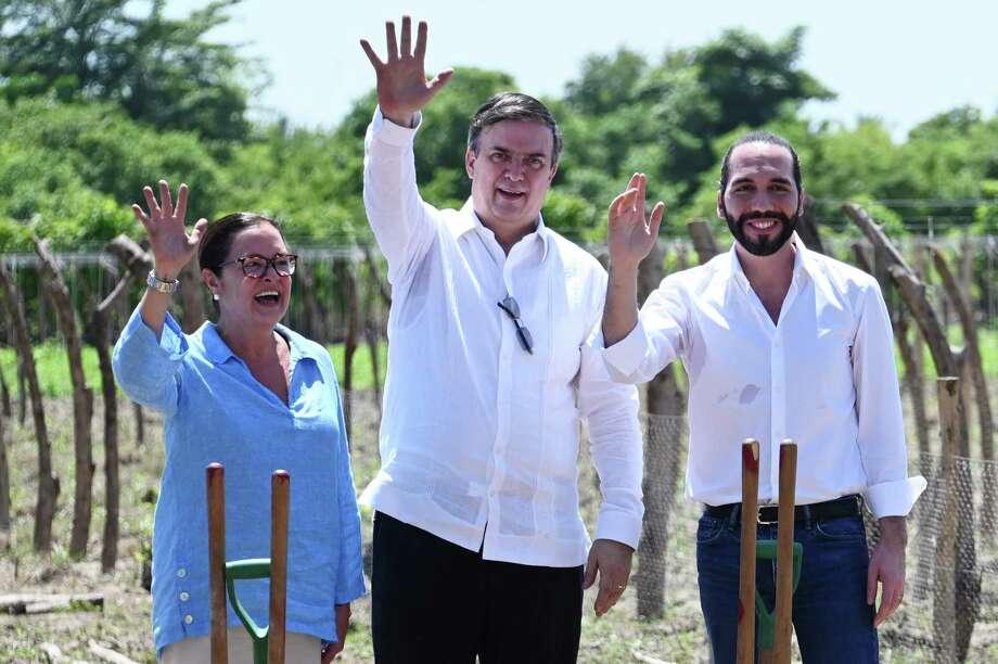 La Ministra del Exterior de El Salvador, Alexandra Hill Tinoco, el Secretario de Relaciones Exteriores de México, y el Presidente de El Salvador, Nayib Bukele, saludan durante la inauguración del programa Sembrando Vida, en San Pedro Masahuat el 19 de julio de 2019. Photo: Marvin Recinos /AFP /Getty Images / AFP or licensors