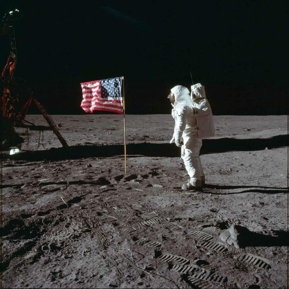 En esta fotografía del 20 de julio de 1969, el astronauta Buzz Aldrin Jr. posa para una fotografía ante la bandera de Estados Unidos en la luna durante la misión de Apolo 11. Aldrin y su compañero astronauta Neil Armstrong fueron los primeros hombres en caminar sobre la superficie olunar con temperaturas que iban de 2433 a 279 grados bajo cero. Photo: Neil Armstrong /Associated Press / NASA