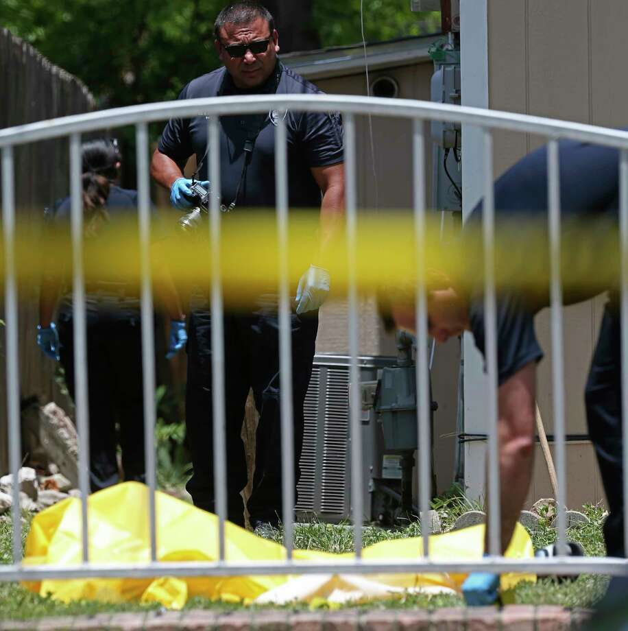 San Antonio Police investigate the scene of a shooting at the 200 block of West Wildwood Drive, Sunday, July 21, 2019. A body covered with a yellow tarp was visible in the front yard of the residence. Photo: Jerry Lara, Staff Photographer / © 2019 San Antonio Express-News