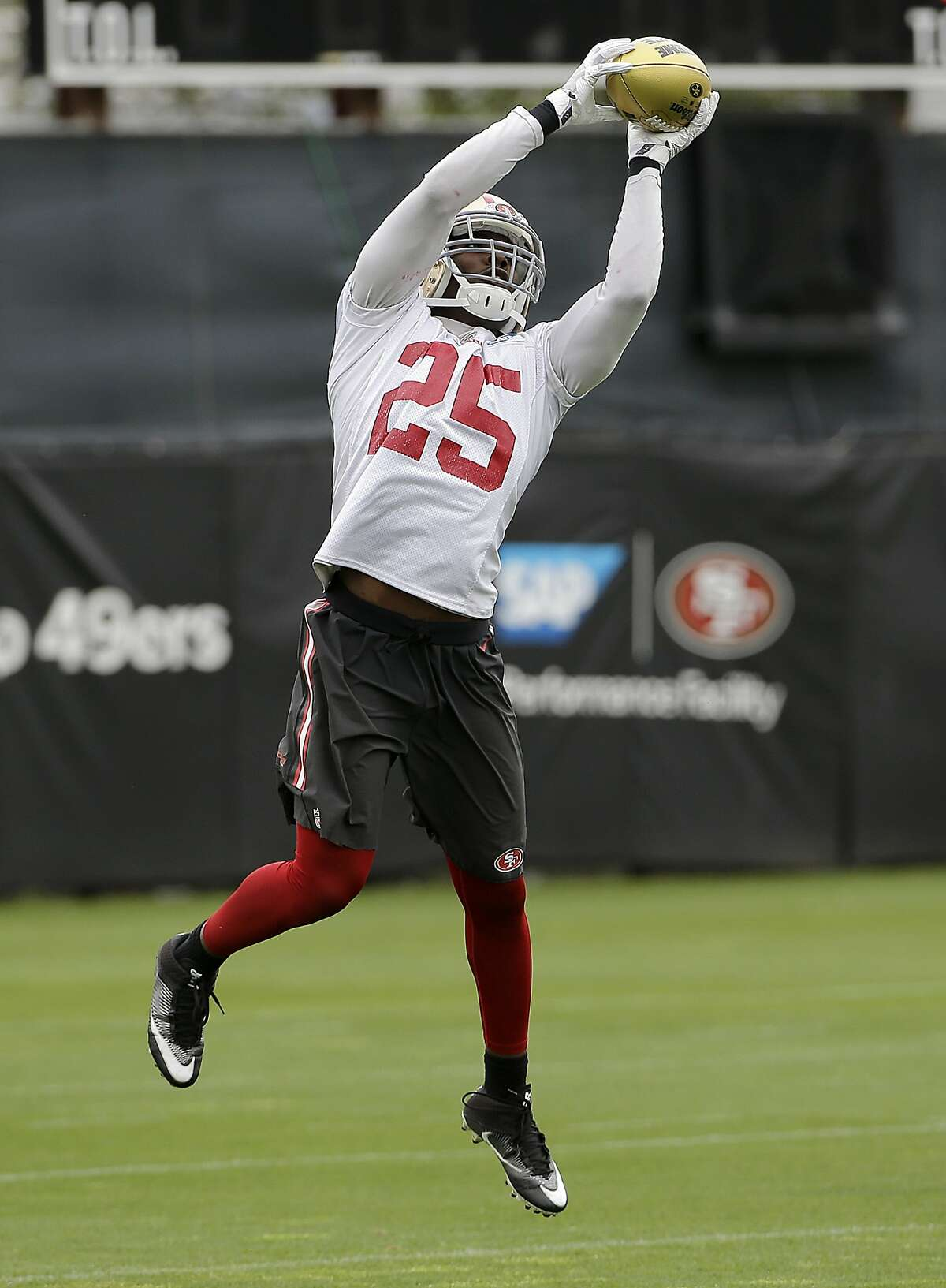 San Francisco 49ers' Jimmie Ward catches a pass during the team's organized team activity at its NFL football training facility in Santa Clara, Calif., Thursday, June 8, 2017. (AP Photo/Jeff Chiu)