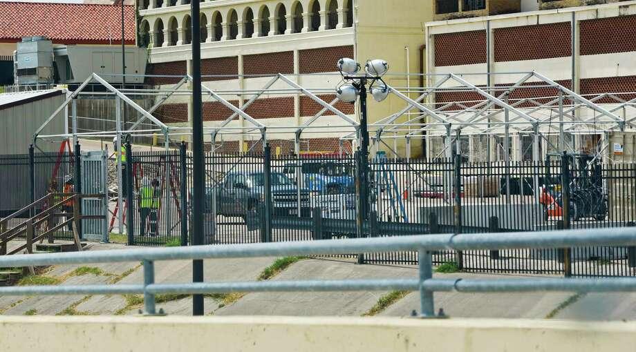 La construcción de un centro de inmigración a lo largo de la rampa de acceso entre el puente I y II inició el lunes 22 de julio de 2019. Photo: Danny Zaragoza /Laredo Morning Times / Laredo Morning Times