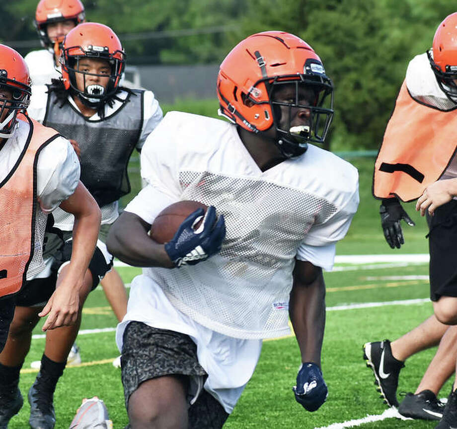 Edwardsville running back Justin Johnson finds a hole on the outside during a practice inside the District 7 Sports Complex. Photo: Matt Kamp|The Intelligencer
