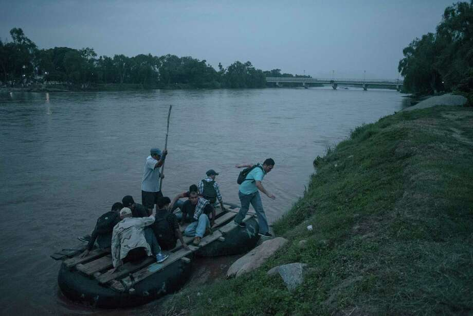 ARCHIVO— Un grupo de migrantes cruza en una barca desde Guatemala a Ciudad Hidalgo, México, al amanecer del 17 de junio de 2019. La policía federal mexicana localizó a 150 migrantes, incluyendo a 66 menores de edad, hacinados dentro de un camión de carga que, aparentemente, transportaba verduras, informaron el martes las autoridades, en el estado de Veracruz. Photo: LUIS ANTONIO ROJAS /NYT / NYTNS