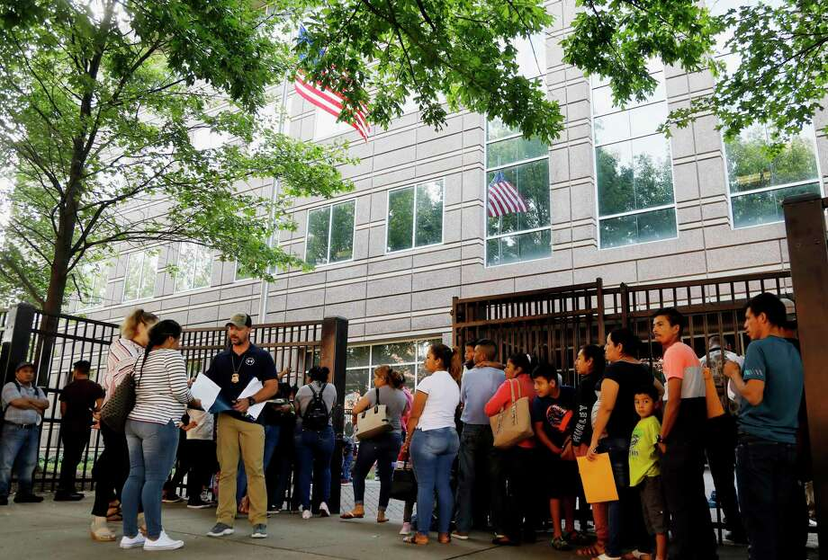 La escena frenta a los tribunales de inmigración en Atlanta el 12 de junio del 2019. Photo: Andrea Smith /Associated Press / Copyright 2019 The Associated Press. All rights reserved