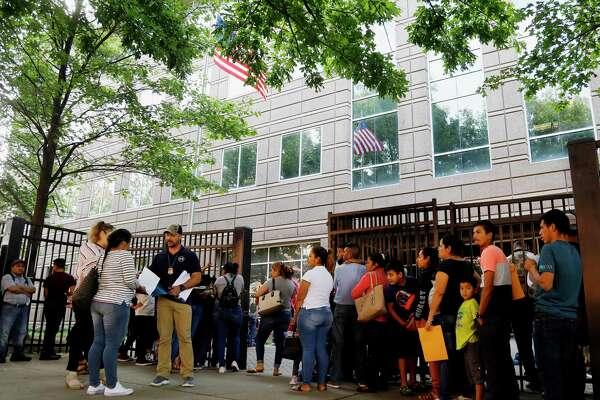 La escena frenta a los tribunales de inmigración en Atlanta el 12 de junio del 2019.