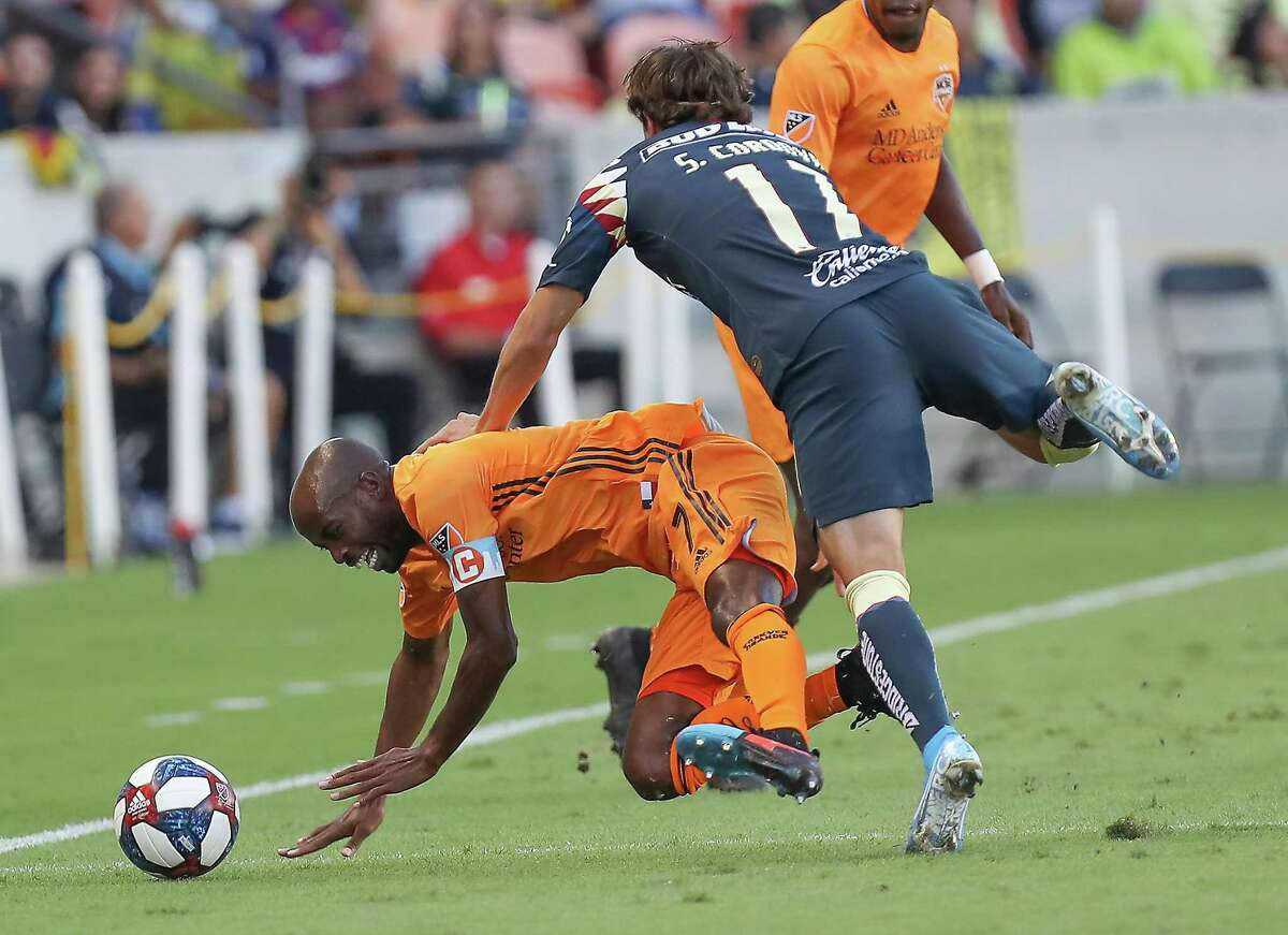 Houston Dynamo midfielder DaMarcus Beasley (7) and Club América forward Cristian Insaurralde (17) battle for the ball during the first half of a of the Leagues Cup match at BBVA Stadium on Wednesday, July 24, 2019, in Houston.