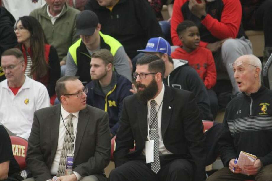 Ferris State assistant coach Jim Lake (left) confers with Andy Bronkema during the regular season. (Pioneer photo, John Raffel)