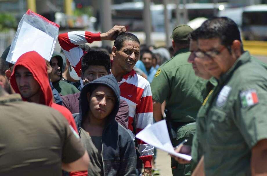 Agentes mexicanos verifican una lista de migrantes devueltos por la Patrulla Fronteriza a México en Nuevo Laredo, estado de Tamaulipas, el jueves 25 de julio de 2019 Photo: Salvador González /Associated Press / Copyright 2019 The Associated Press. All rights reserved.