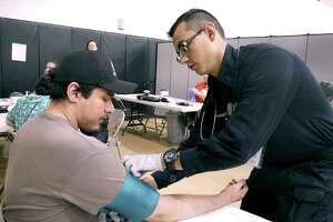 La comunidad aprovechó los exámenes médicos gratuitos, vacunas para niños y exámenes de la vista, entre otros servicios, durante la operación Lone Star 2019 llevada a cabo en el campus de noveno grado de la preparatoria United South.
