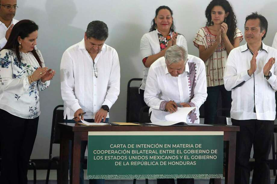 "El presidente hondureño Juan Orlando Hernández y el mandatario mexicano Andrés Manuel López Obrador, firman acuerdo ""Sembrando vida"", en Minatitlán, México, el sábado 27 de julio de 2019. Photo: Felix Marquez /Associated Press / Copyright 2019 The Associated Press. All rights reserved."