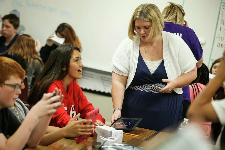 Willis ISD iCoach Ashley Soose helps set up a virtual reality viewfinder for 6th grader Jacquelyn Chomprasob during class on Friday, April 28, 2017, at Lynn Lucas Middle School. Photo: Michael Minasi, Staff Photographer / Houston Chronicle / Stratford Booster Club