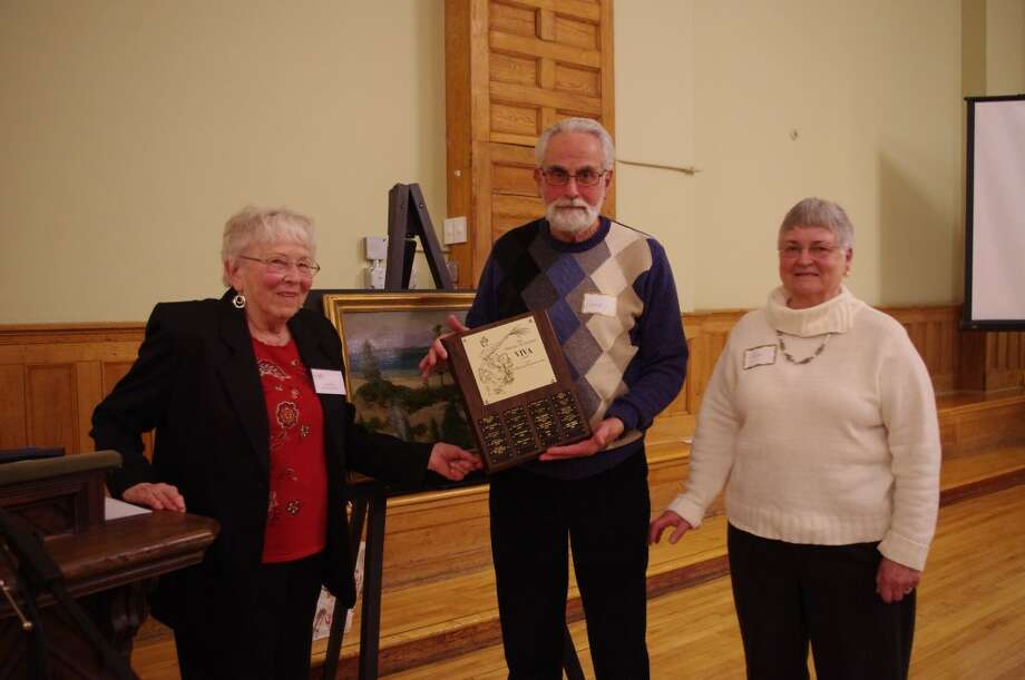Carol Fox (left), vice president of the Manistee Art Institute, presented the organization's Viva Award to Joan and Harry Dutton. (Dave Yarnell/News Advocate)