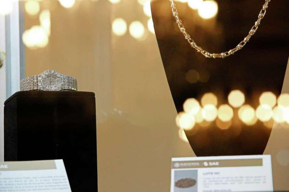 Un reloj es exhibido durante una subasta pública de joyas incautadas por el gobierno mexicano en el Centro Cultural Los Pinos, que solía ser la residencia presidencial, el domingo 28 de julio de 2019, en la Ciudad de México. Photo: Ginnette Riquelme /Associated Press / Copyright 2019 The Associated Press. All rights reserved.