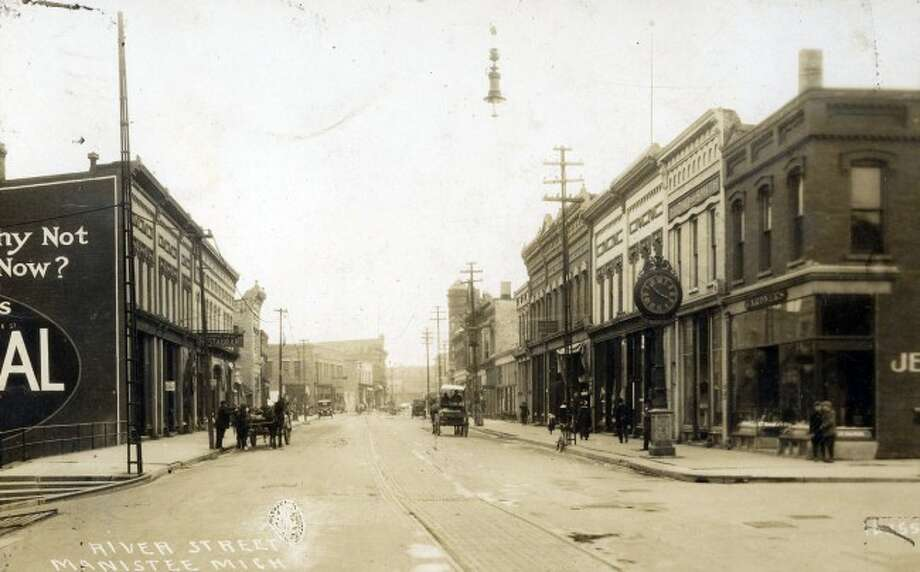 – River Street looking east from the corner of Oak Street circa early 1900s.