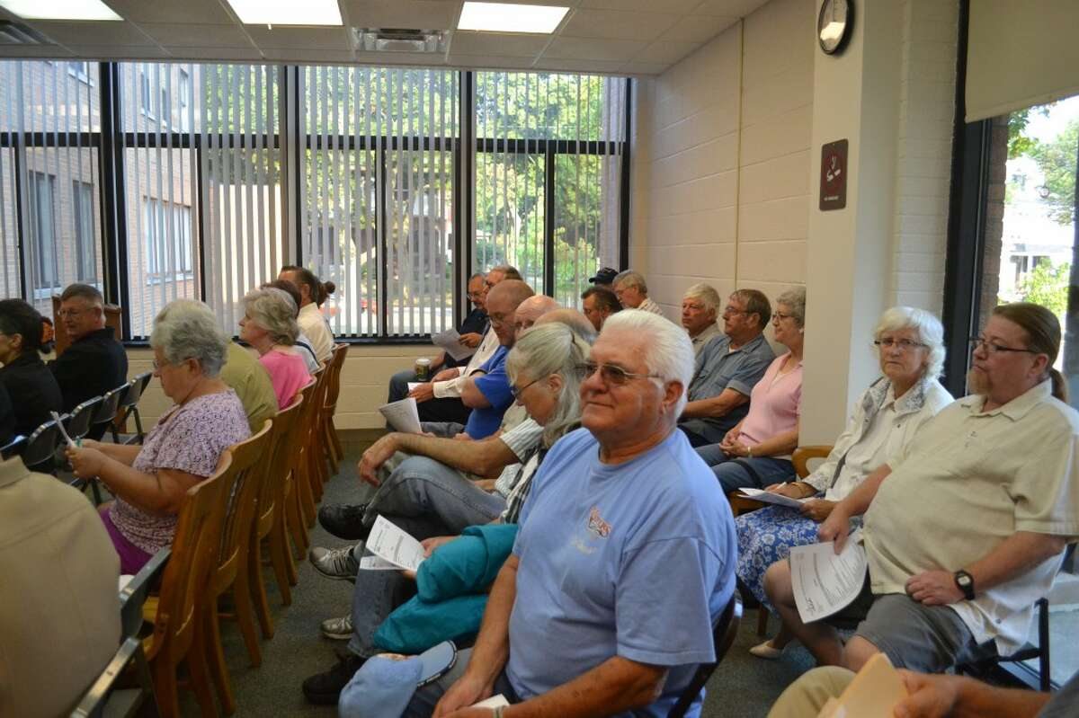 Residents angry over the Kettle Hole project pack the Manistee County Board of Commissioners meeting room on Tuesday. (Meg LeDuc/News Advocate)