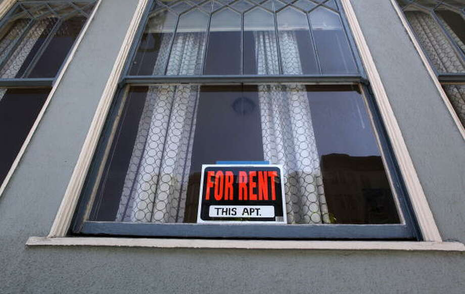 A sign advertising an apartment for rent is displayed in a window. Those in the apartment industry say that demand is dropping across the city. Photo: Justin Sullivan/Getty Images / 2009 Getty Images