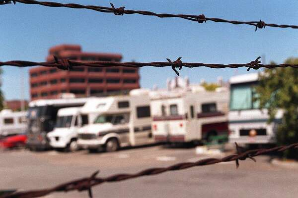 RV BARBED WIRE/C/06JUN95/SC/LS THE VIEW OF THE SAN FRANCISCO RV PARK THROUGH THE BARBED WIRE FENCE. PHOTO BY LEA SUZUKI