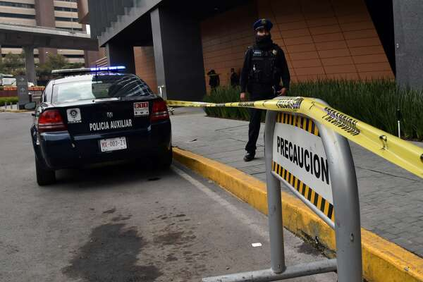 A police officer stands guard outside a shopping mall in Mexico City on July 26, 2019, two days after two Israelis with mafia links were shot dead in a restaurant inside the building. - The Israelis were involved in money laundering and had links to local mafias, Mexico's government said on Friday. The two men were gunned down in a restaurant inside a luxury mall. (Photo by Rodrigo ARANGUA / AFP) (Photo credit should read RODRIGO ARANGUA/AFP/Getty Images)