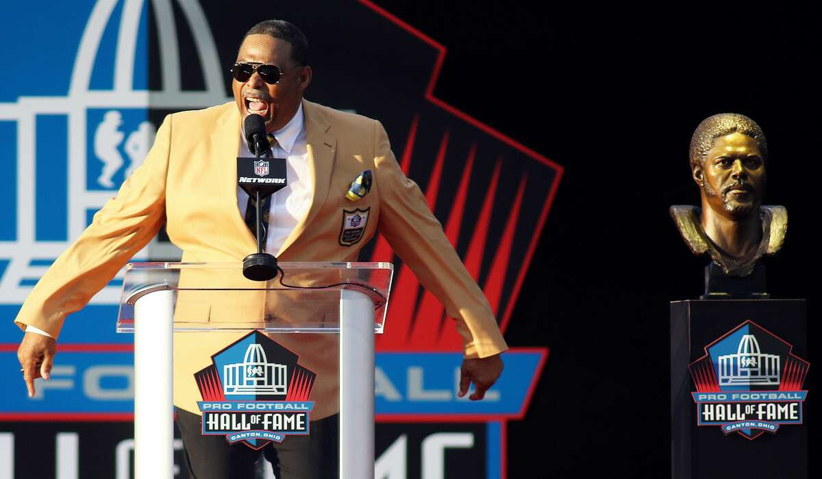 PHOTOS:Oilers in the Pro Football Hall of Fame CANTON, OH - AUGUST 04: 2018 Pro Football Hall of Fame inductee Robert Brazile in action during the Pro Football Hall of Fame induction ceremony on August 04, 2018, at Tom Benson Hall Of Fame Stadium in Canton, Ohio. (Photo by Daniel Kucin Jr./Icon Sportswire via Getty Images) >>>See former players for the Houston Oilers who have been inducted into the Pro Football Hall of Fame ...