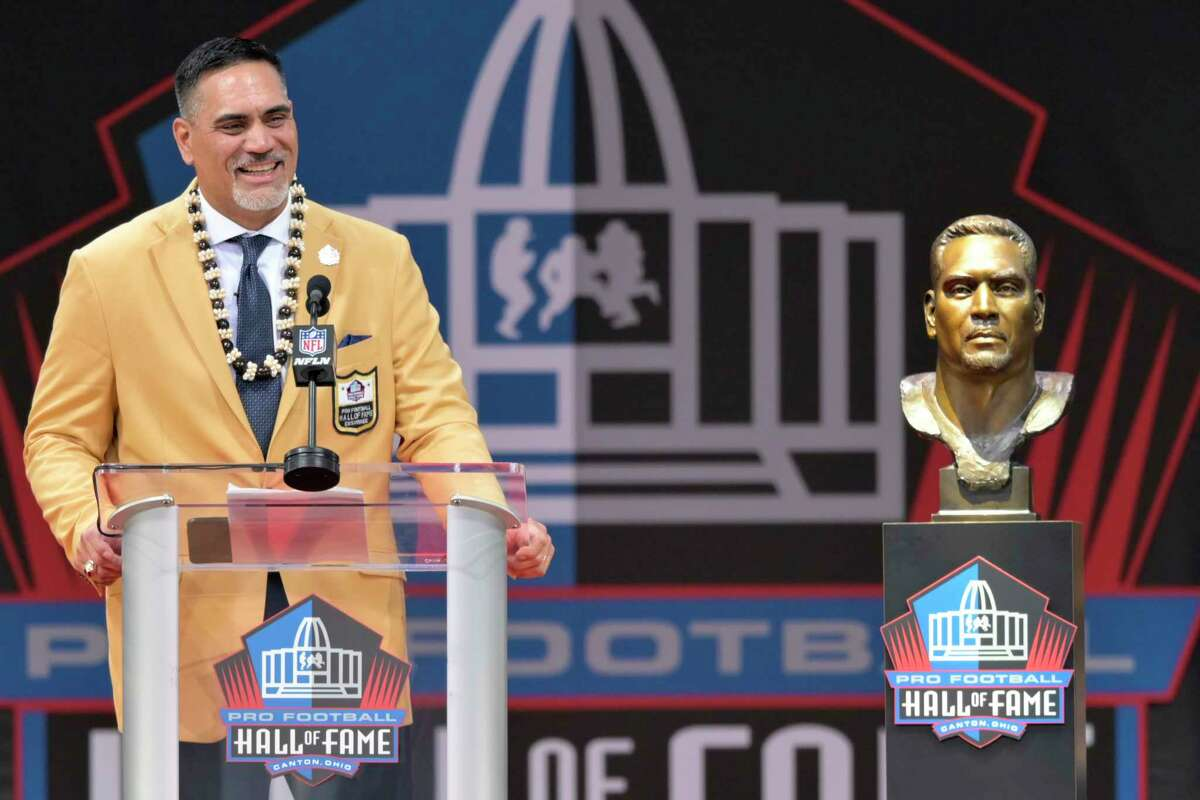Former NFL player Kevin Mawae speaks during the induction ceremony at the Pro Football Hall of Fame, Saturday, Aug. 3, 2019, in Canton, Ohio. (AP Photo/David Richard)
