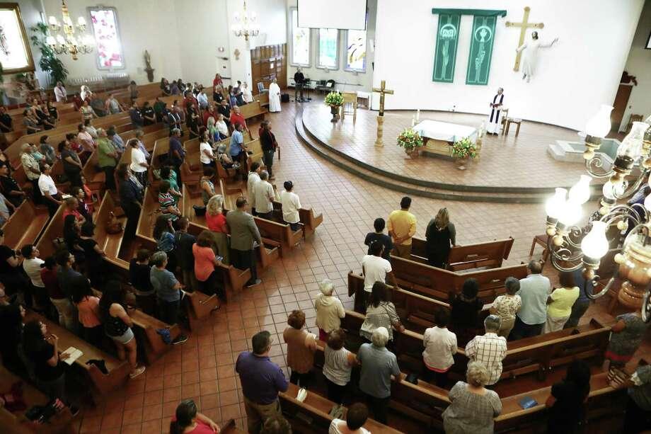 EL PASO, Texas — Feligreses asistieron a una vigilia en la iglesia San Pío X después de un tiroteo masivo que dejó al menos 20 personas muertas el 3 de agosto en El Paso. Un hombre de 21 años de edad fue puesto bajo custodia. Photo: Mario Tama /Getty Images / 2019 Getty Images