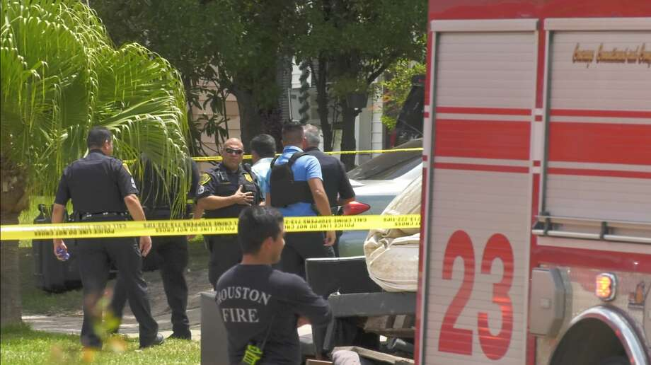 Houston police investigate a deadly shooting in the 7400 block of Satsuma on Tuesday, Aug. 6, 2019. Photo: Jay R. Jordan / Houston Chronicle
