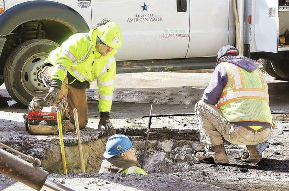 Illinois-American Water employees at work. Photo: John Badman| Hearst Illinois.