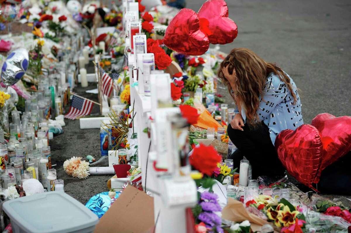 Gloria Garcés se arrodilla el martes 6 de agosto de 2019 en un memorial ubicado cerca de la escena de un tiroteo en un centro comercial de El Paso, Texas.