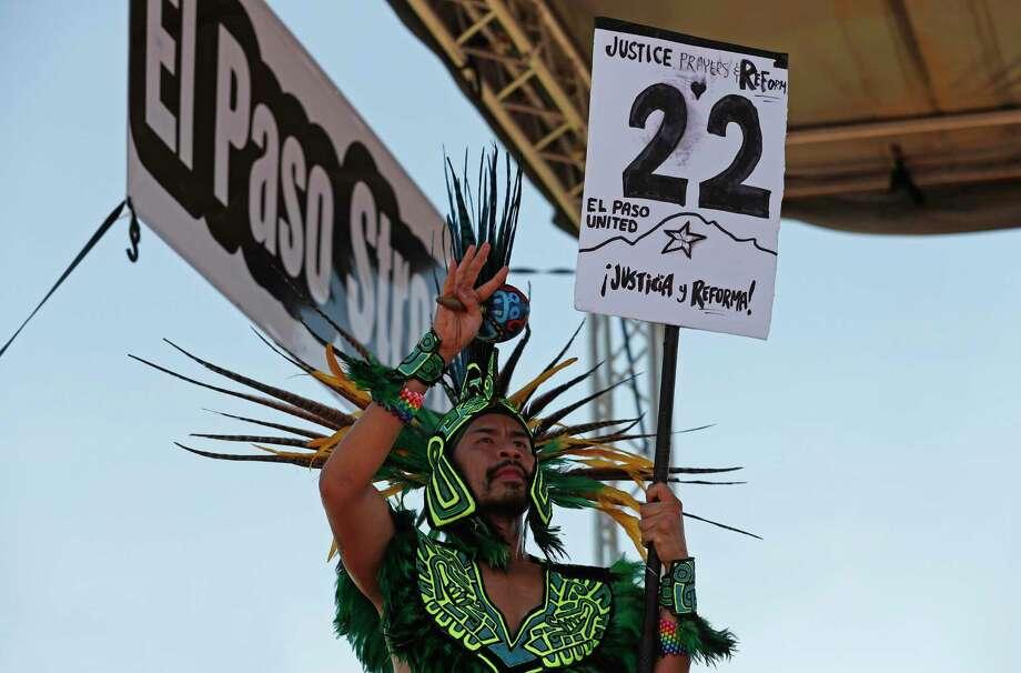 Un bailarín del grupo Danza Azteca sostiene un cartel con el número de víctimas que murieron en el tiroteo masivo del sábado durante una protesta en contra de la visita de Donald Trump a la ciudad fronteriza de El Paso, Texas, el miércoles 7 de agosto. Trump se dirigió a El Paso, después de visitar Dayton, Ohio, el miércoles para ofrecer un mensaje de unidad, pero encontró una hostilidad inusual en ambos lugares por personas que culpan a su incendiaria retórica como una causa que contribuyó a los tiroteos masivos. Photo: Andres Leighton /Associated Press / Copyright 2019 The Associated Press. All rights reserved.