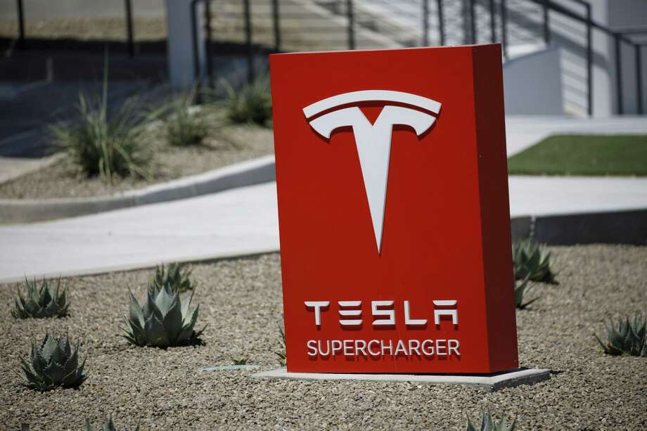 Signage outside the Tesla Inc. Supercharger station in Kettleman City, Calif., on July 31, 2019. Photo: Bloomberg Photo By Patrick T. Fallon. / © 2019 Bloomberg Finance LP