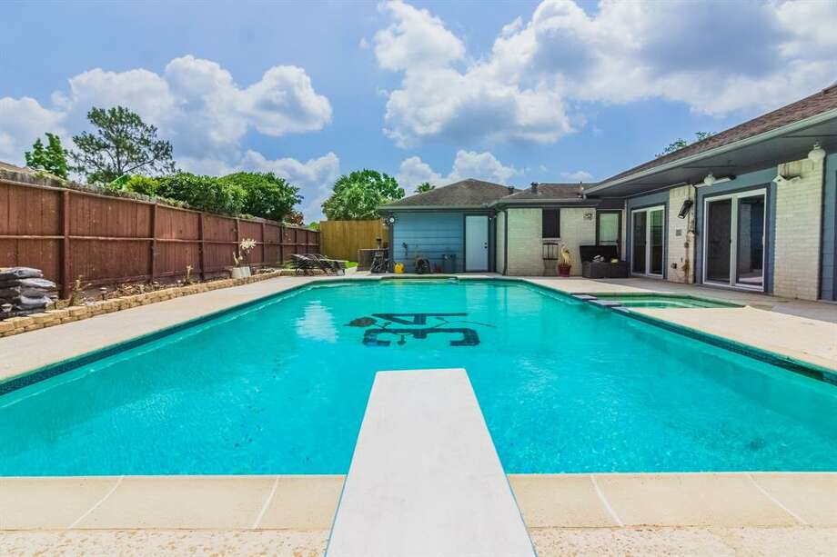 How can you be sure this was Earl Campbell's home? The pool has a custom bottom that features his NFL number 34.