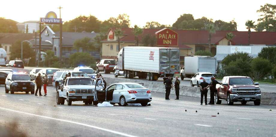 Houston Police investigate the scene where two people were shot and killed during rush hour on I-10 East near Mercury Drive, Thursday, August 8, 2019. Photo: Karen Warren, Staff Photographer / © 2019 Houston Chronicle