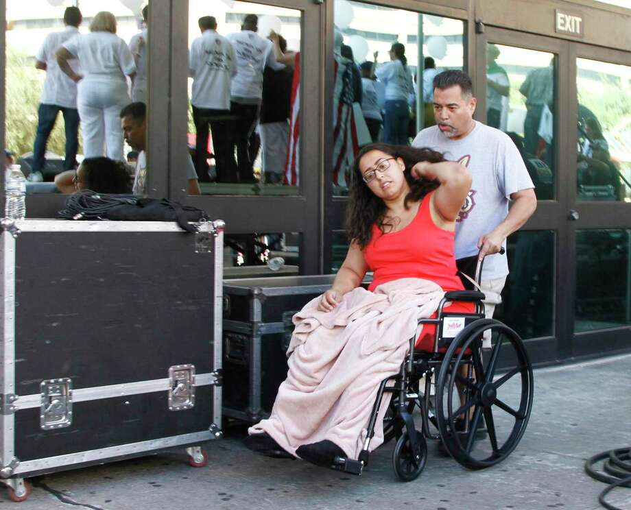 Jessica Coca García es conducida en silla de ruedas después de hablar en la Marcha de la Liga de Ciudadanos Americanos Latinos Unidos (LULAC), en El Paso, Texas, una semana después que su esposo fuera lesionados por las balas durante un tiroteo masivo. Más de 100 personas marcharon a través de la frontera de Texas denunciando racismo y haciendo un llamado para un control de armas más estricto a una semana de que varias personas fueran asesinadas en un tiroteo masivo que las autoridades dicen estaba dirigido a mexicanos. Photo: Cedar Attanasio /Associated Press / Copyright 2019 The Associated Press. All rights reserved.