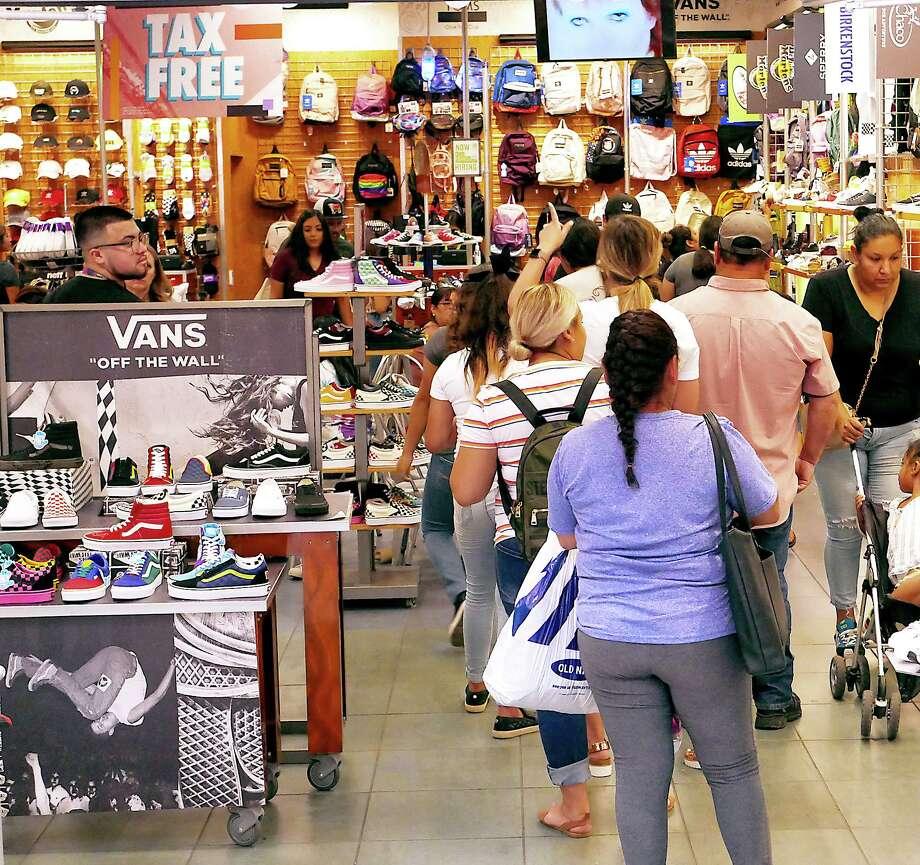 Compradores hacen filas para pagar sus mercancías en uno de los comercios en The Outlet Shoppes at Laredo durante el fin de semana libre de impuestos en agosto de 2019. Photo: Cuate Santos /Laredo Morning Times / Laredo Morning Times