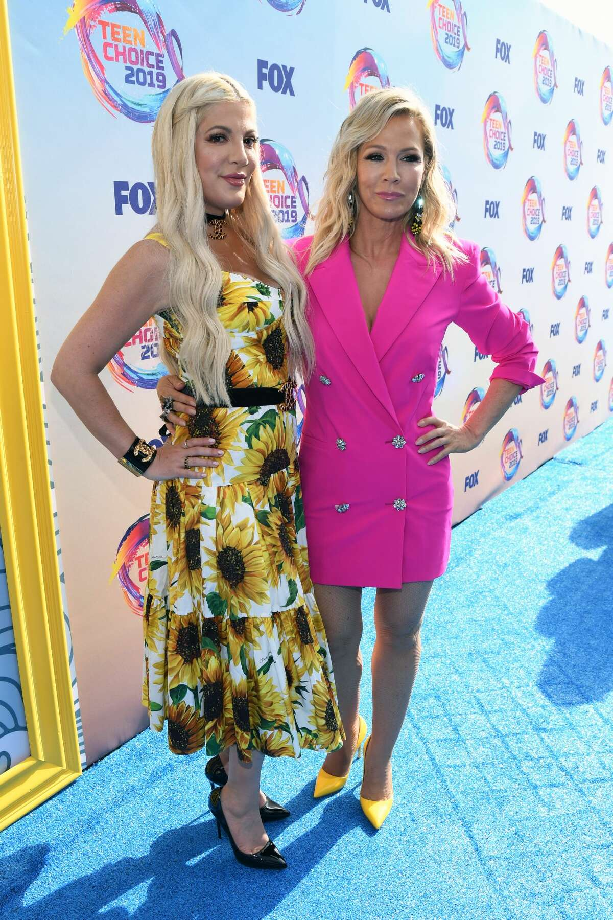 HERMOSA BEACH, CALIFORNIA - AUGUST 11: (L-R) Tori Spelling and Jennie Garth attend FOX's Teen Choice Awards 2019 on August 11, 2019 in Hermosa Beach, California. (Photo by Kevin Mazur/Getty Images)