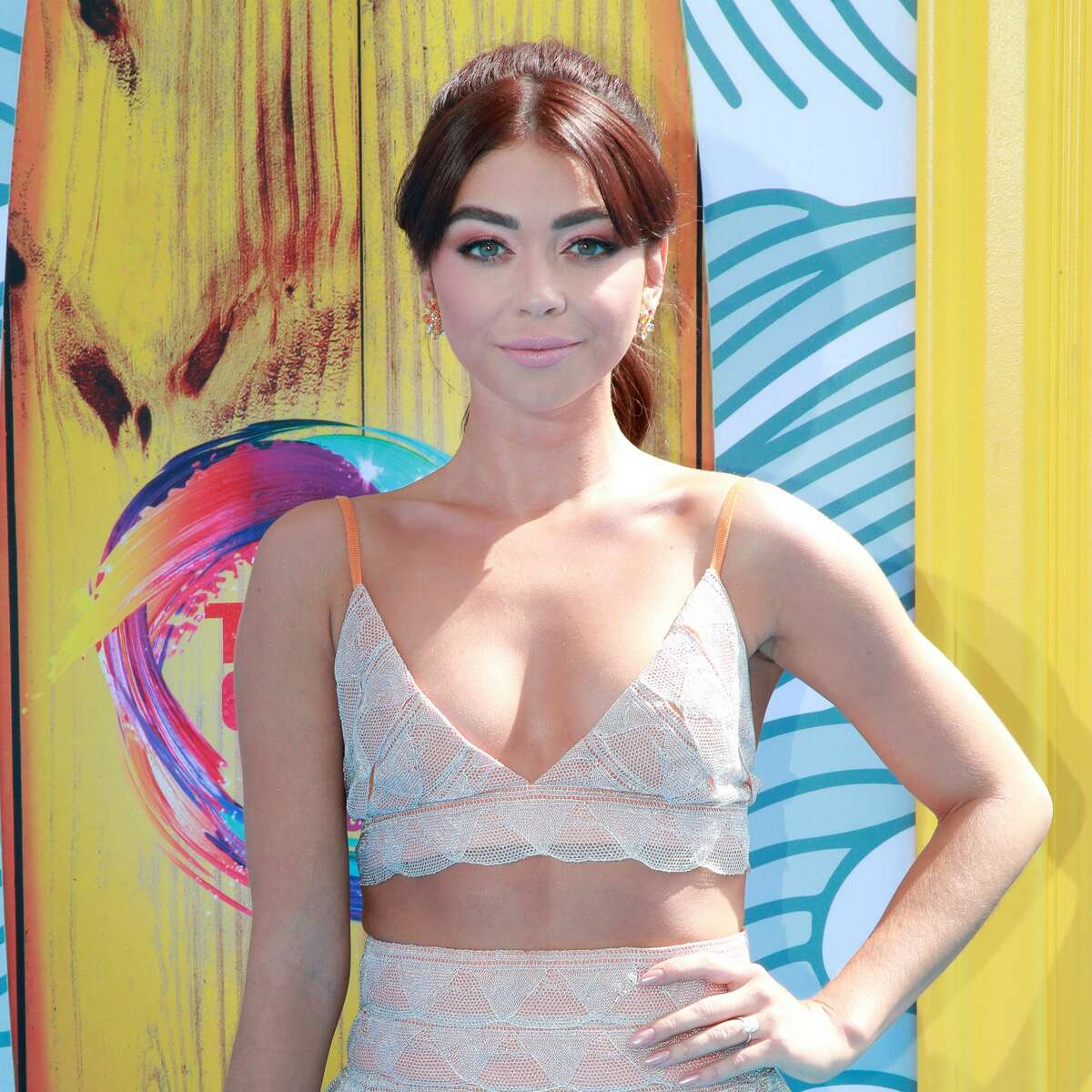 HERMOSA BEACH, CALIFORNIA - AUGUST 11: Sarah Hyland attends FOX's Teen Choice Awards 2019 on August 11, 2019 in Hermosa Beach, California.
