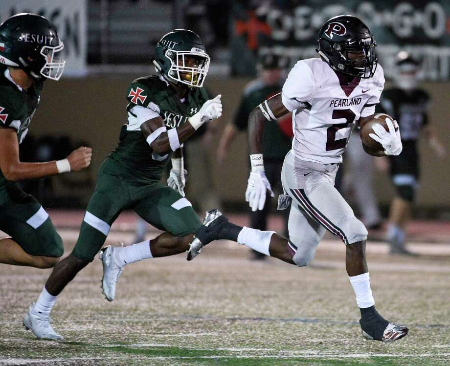 Pearland running back Jaelin Benefield (2) scampers past Strake Jesuit defensive backs AJ Cassapo, left, and Denzel Blackwell during the first half of a high school football game, Friday, Oct. 19, 2018, in Houston. (Eric Christian Smith/Contributor) Photo: Eric Christian Smith, Contributor / Contributor