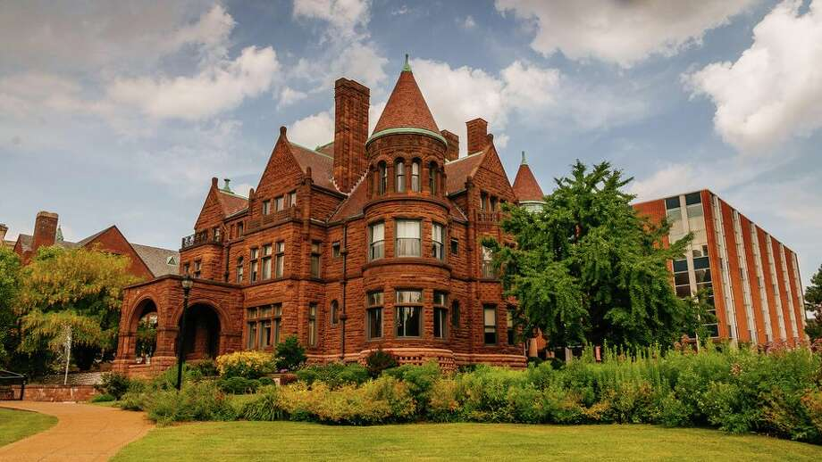 The Sam Cupples house sits in the center of St. Louis University's campus, beside the recently renovated Pius XII Memorial Library. Photo: Tyler Lizenby/CNET