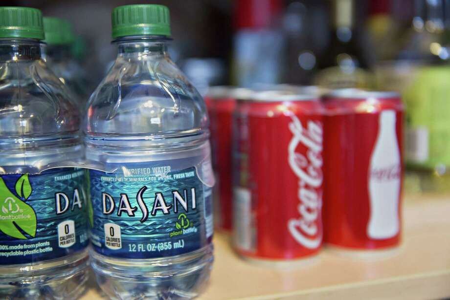 Bottles of Dasani water and cans of Coca-Cola Co. in Tiskilwa, Ill., on July 16, 2015. Photo: Bloomberg Photo By Daniel Acker. / © 2015 Bloomberg Finance LP