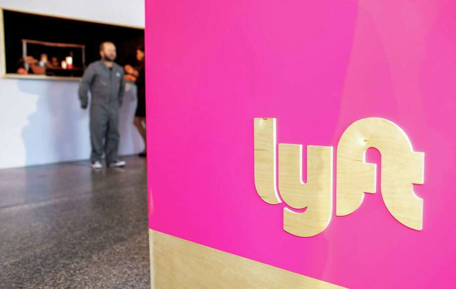 Lyft signage is displayed at its service center in Los Angeles on March 29, 2019. Photo: Bloomberg Photo By Kyle Grillot. / © 2019 Bloomberg Finance LP