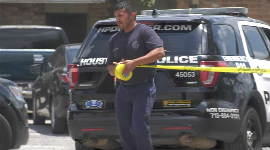 Houston police officers investigate a deadly auto-pedestrian collision inside the parking lot of a southeast Houston apartment complex Wednesday, Aug. 14, 2019. Photo: Jay R. Jordan / Houston Chronicle