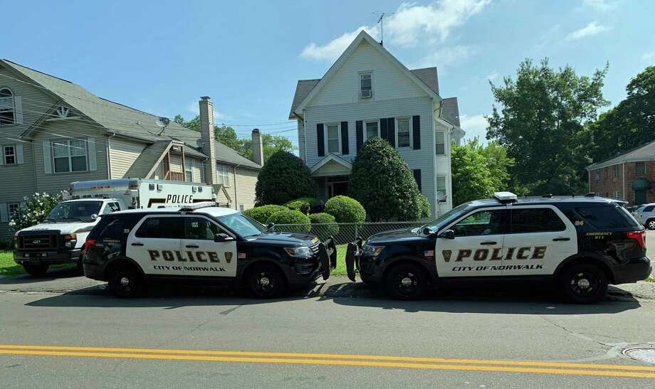 Police investigate the Thursday morning stabbing death of 29-year-old Norwalk resident Michael Moody, at 36 Fairfield Ave., Norwalk, Conn., Aug. 8, 2019. Photo: Justin Papp