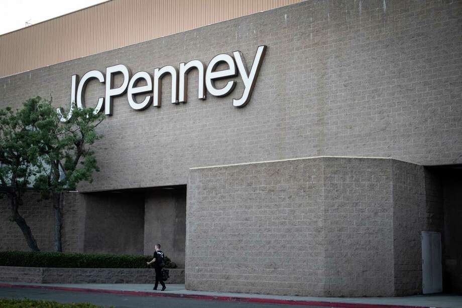 A pedestrian walks outside a JC Penney store at Westfield mall in Culver City, Calif., on Nov. 16, 2018. Photo: Bloomberg Photo By Martina Albertazzi. / © 2018 Bloomberg Finance LP