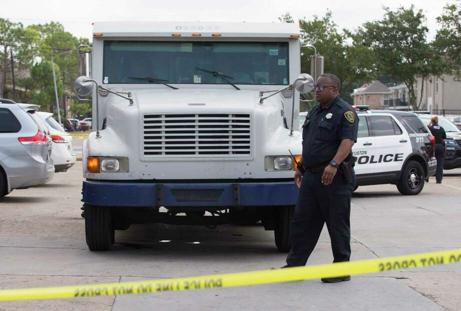 Houston Police Department officers respond to an attempted armored car robbery with shots fired at a money transfers store located in a shopping center on 6100 block of South Gessner Road on Thursday, Aug. 15, 2019, in  Houston. Photo: Yi-Chin Lee, Staff Photographer / © 2019 Houston Chronicle
