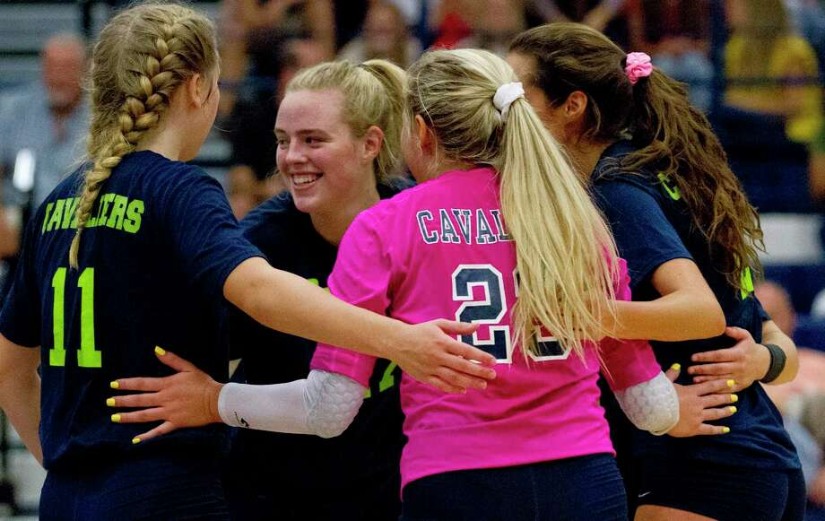 College Park setter Annie Cooke (17) reacts with teammates after scoring a point in the first set of a match during the Kingwood Invitational. Photo: Jason Fochtman, Houston Chronicle / Staff Photographer / Houston Chronicle