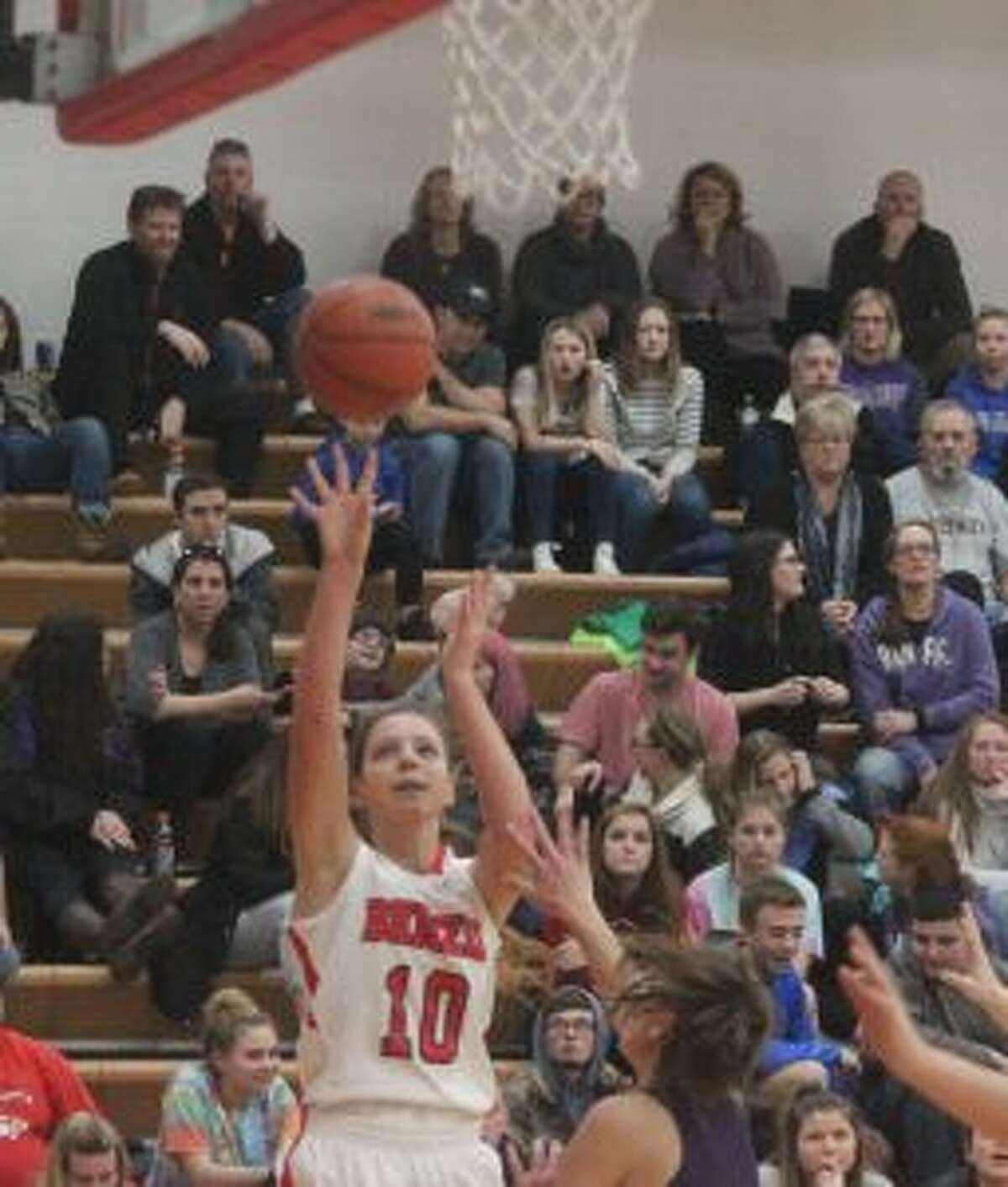 Bella Huddleston fires a short jump from the block. (Photo/Robert Myers)