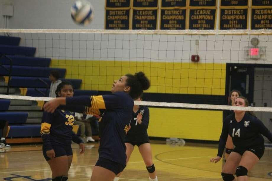 Jenna Johnson passes the ball for Baldwin.