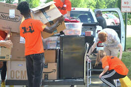On Thursday, SIUE welcomed 1,100 new students into its three first-year residence halls, Bluff, Prairie and Woodland, as part of its annual freshman move-in day. The freshmen and their families were assisted by 440 student volunteers from Movers and Shakers as well as nearly 80 administrators, faculty and staff.