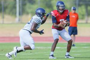 UTSA's Sincere McCormick, left, prepares to take a handoff from Frank Harris during a UTSA football practice and scrimmage in the inaugural 'Runners at the Park event at the UTSA Park West Athletic Complex on Saturday, Aug. 17, 2019.